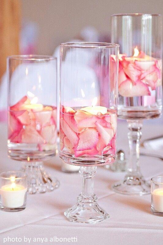 Vasos con pétalos como centro de mesa
