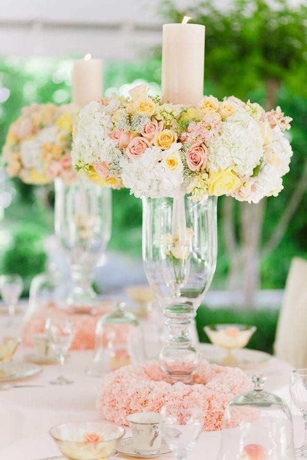 Coronas con flores muy delicadas como centro de mesa