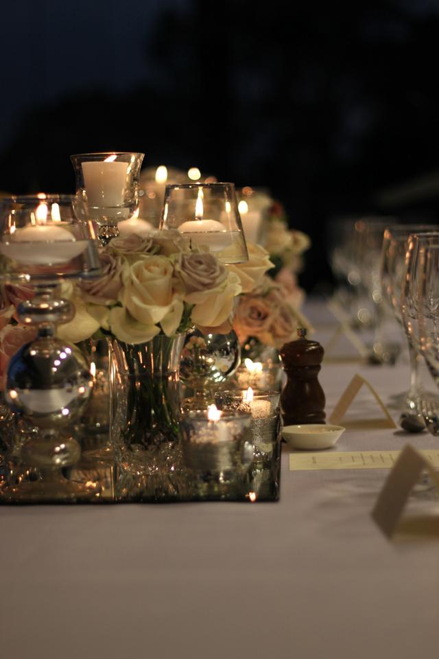 El glamour lo añaden los centros con cristal, rosas y velas
