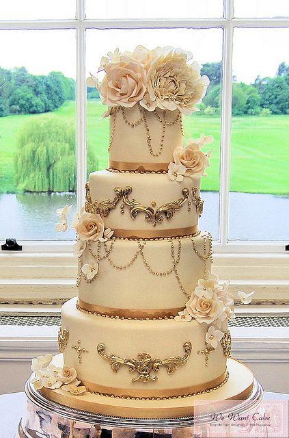 Un pastel con flores y detalles muy originales