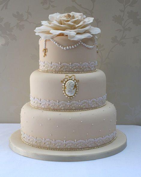 Un postre con encaje y camafeo para un verdadero pastel clásico