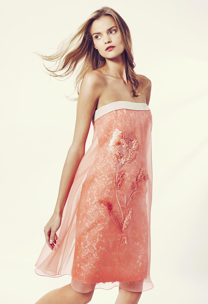 El color coral adorna este precioso vestido corto de Carolina Herrera
