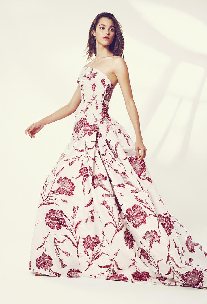 Los claveles es el estampado que realza la belleza del vestido de fiesta