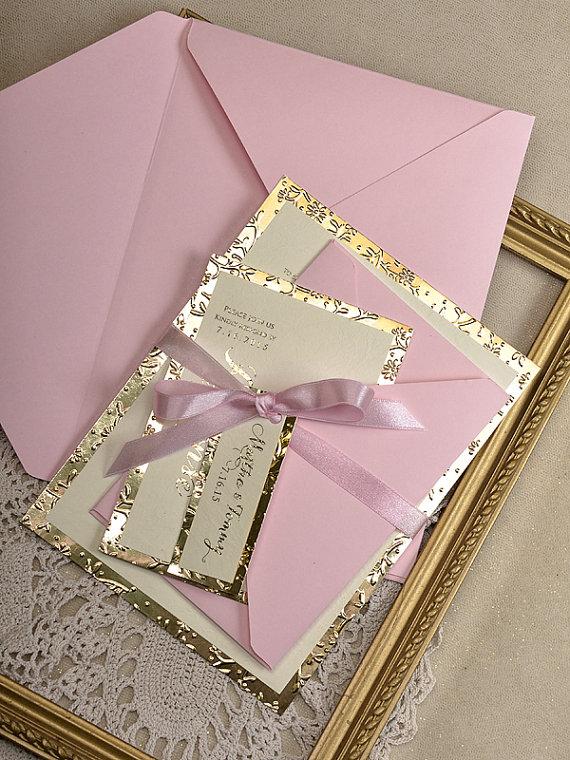 Toques dorados para una invitación de color rosa
