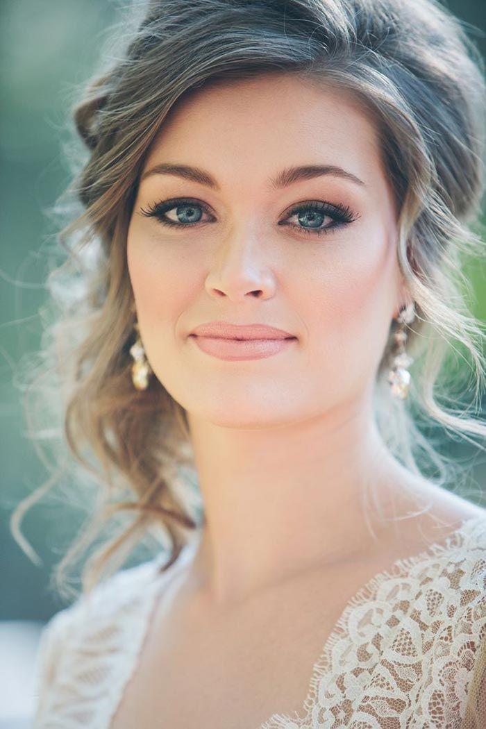 Maquillaje combinado con un peinado elegante y natural