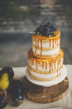 Un pastel bañado y relleno de crema