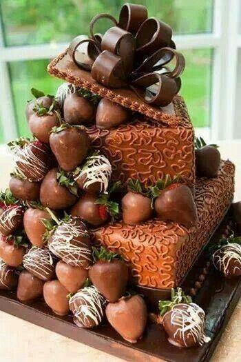 Un pastel de boda muy original a modo de caja de regalo y con fresas