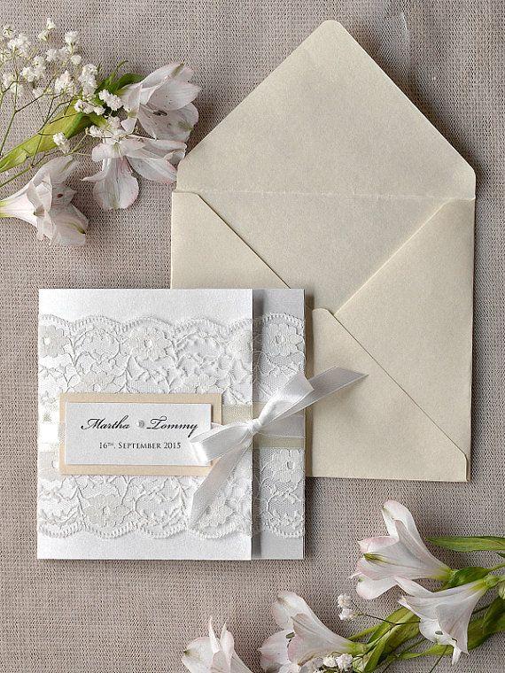 Colores neutros y sencillez para la invitación de tu boda