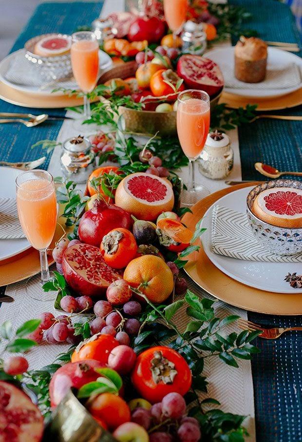 Camino de mesa con frutas