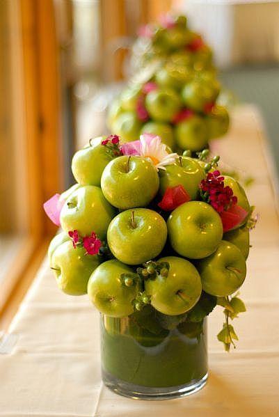 Manzanas como ramo central en la mesa