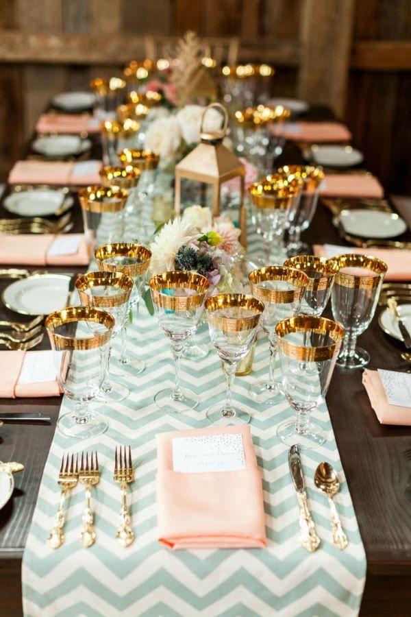 Un camino de mesa en menta que se combina con toques dorados