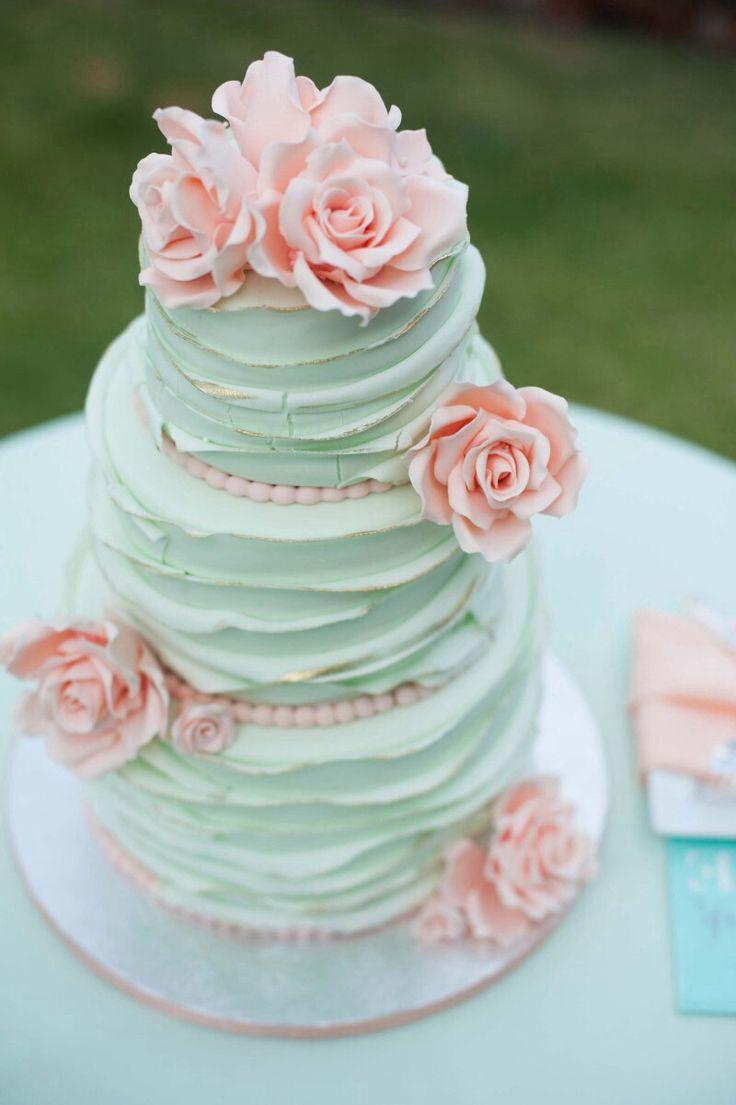 Tarta de boda con capas y flores