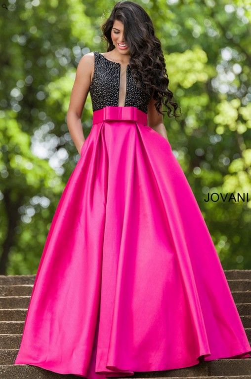 Vestido elegante con falda de vuelo y en color fucsia