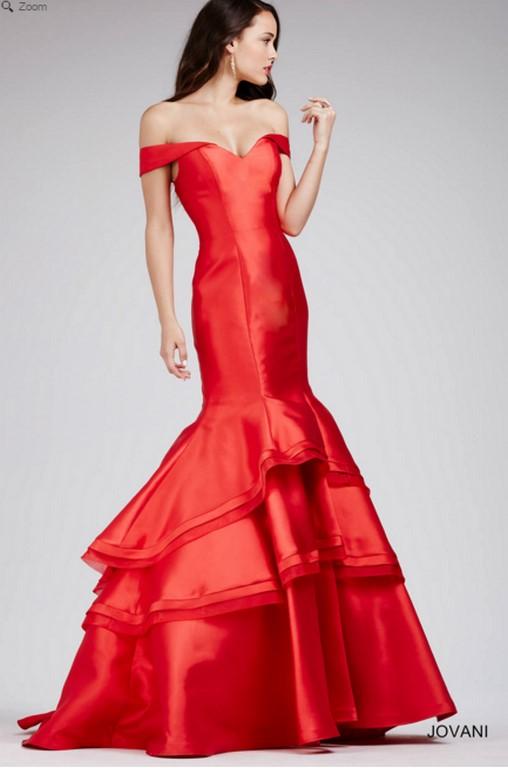 Vestido largo y rojo con volantes en la falda