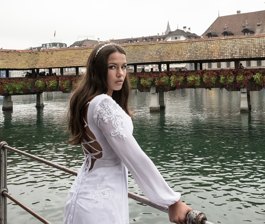 Novia sencilla con un vestido de mangas