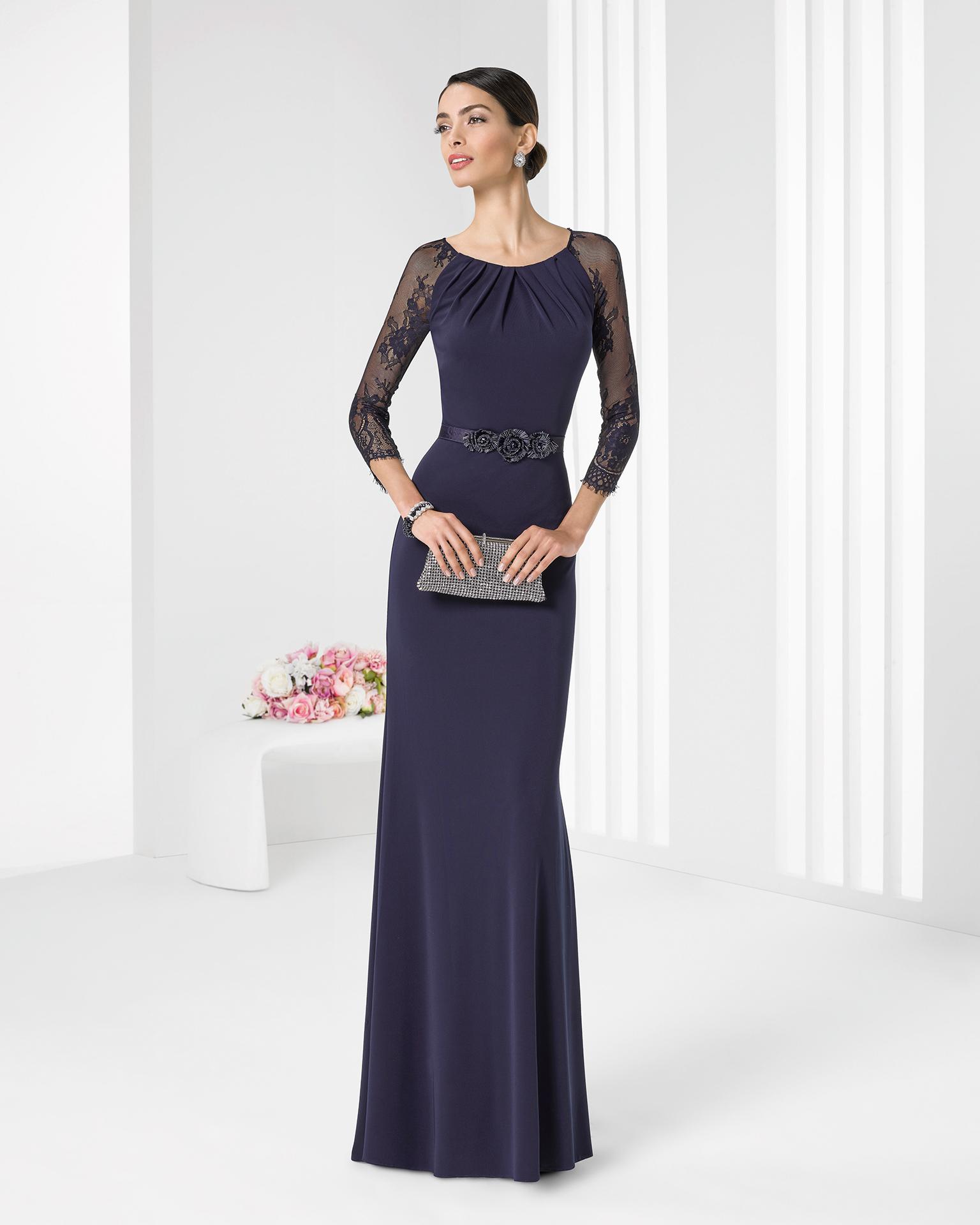 Azul marino para un vestido con mangas de transparencias