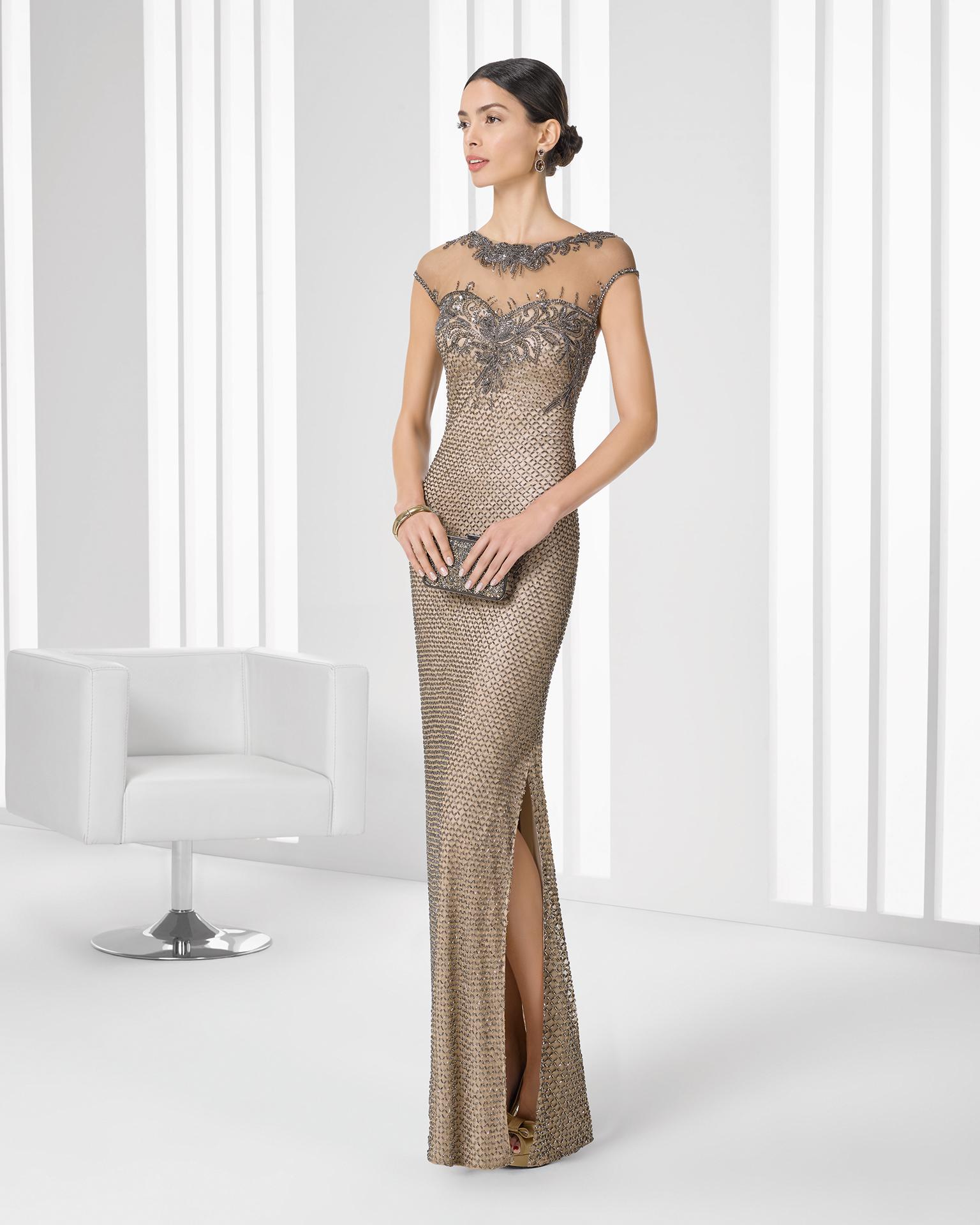 Pedrería para completar un vestido largo con aberturas