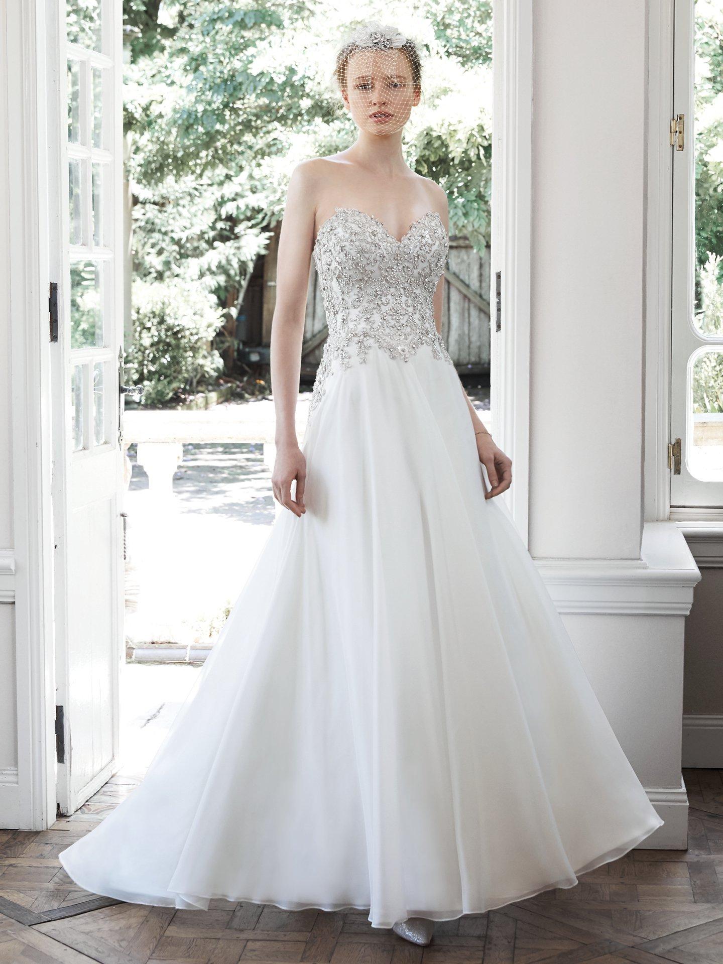 Corpiño de pedrería para completar un traje de novia muy moderno