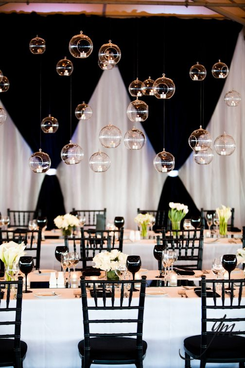 Un banquete lleno de cortinas elegantes