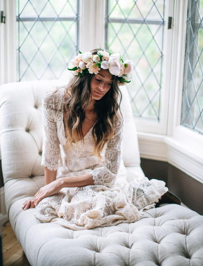 Corona amplia con flores para una novia de estilo bohemio