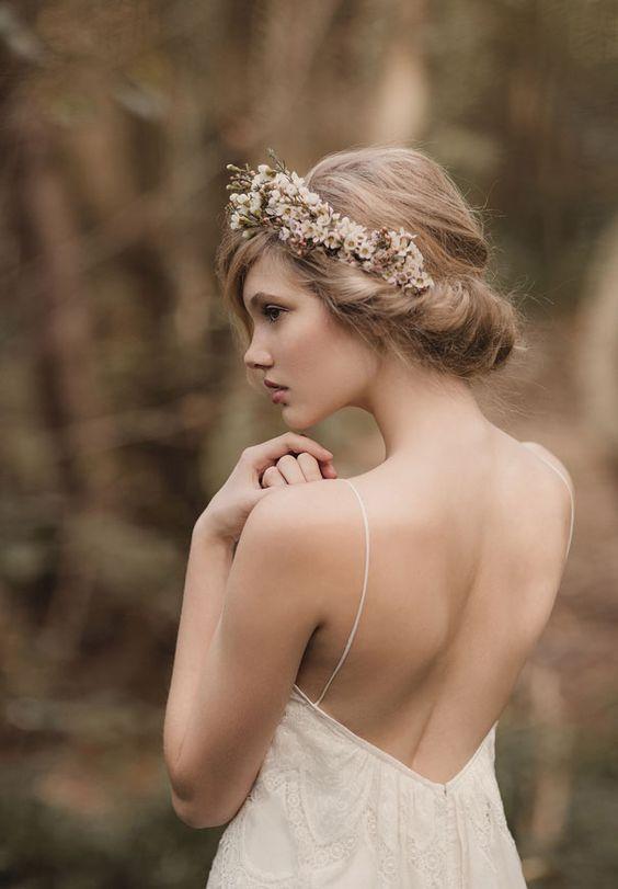 Recogido con diadema floral