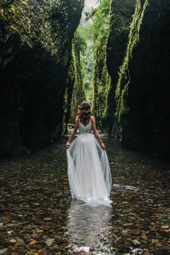 La novia se adentra en el agua para una imagen perfecta