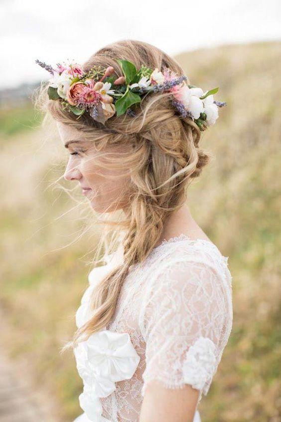 Amplia trenza con corona de flores para las novias más bohemias