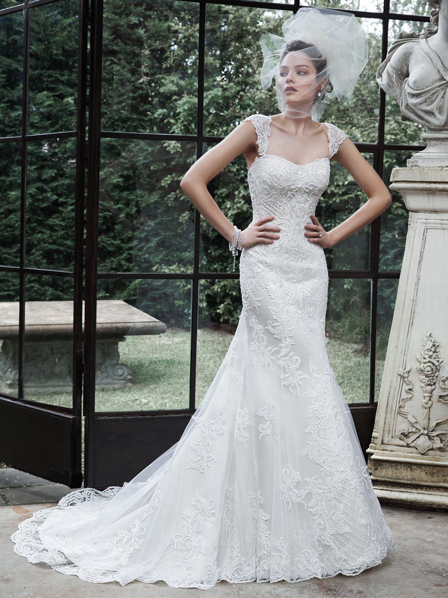 Vestido de novia con cola y tirantes