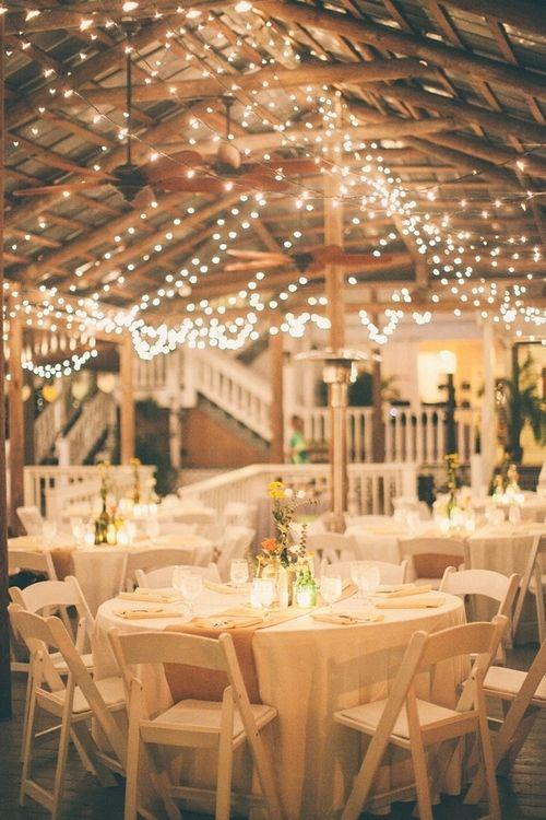 Iluminación perfecta para una boda rústica