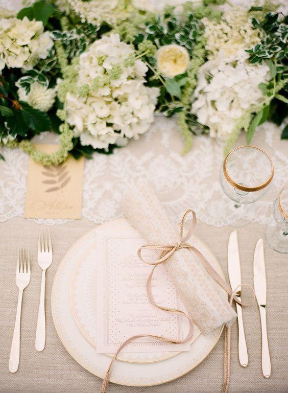 Los centros de mesa y la elegancia cubren una mesa de boda como ésta