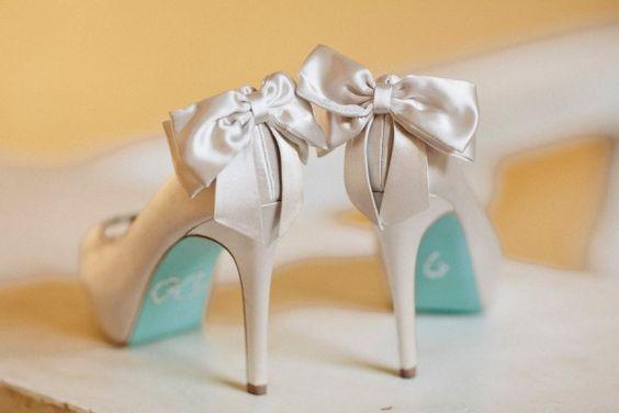 Zapatos en blanco y turquesa con fino tacón