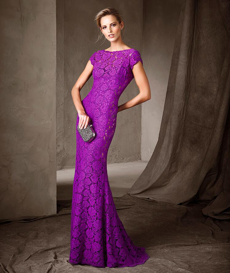 Color morado para un vestido lleno de elegantes encajes