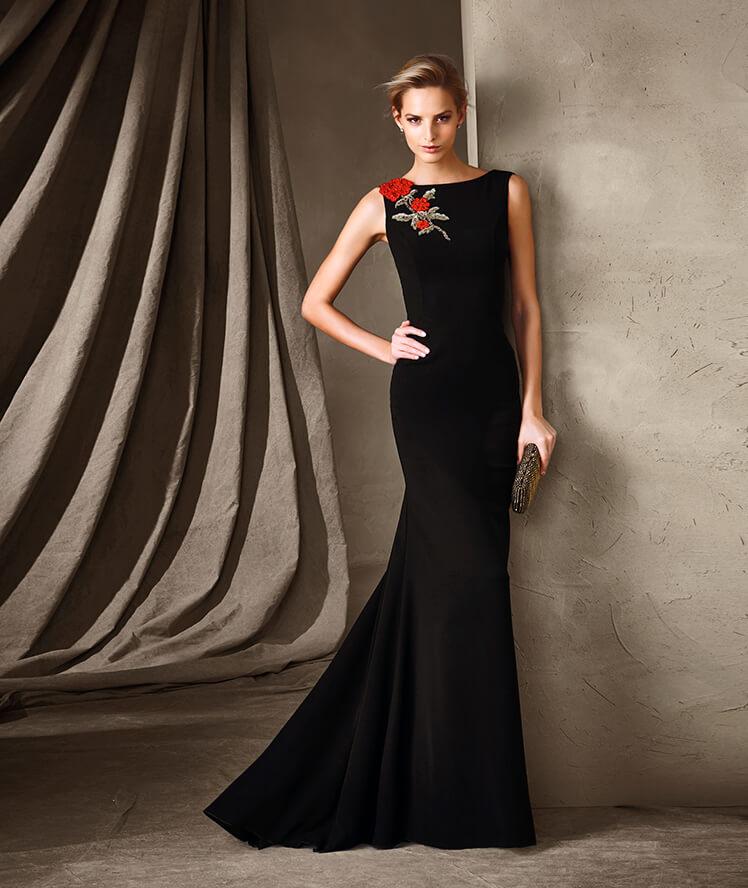 Vestido recto y en color negro con bordado en la parte del hombro