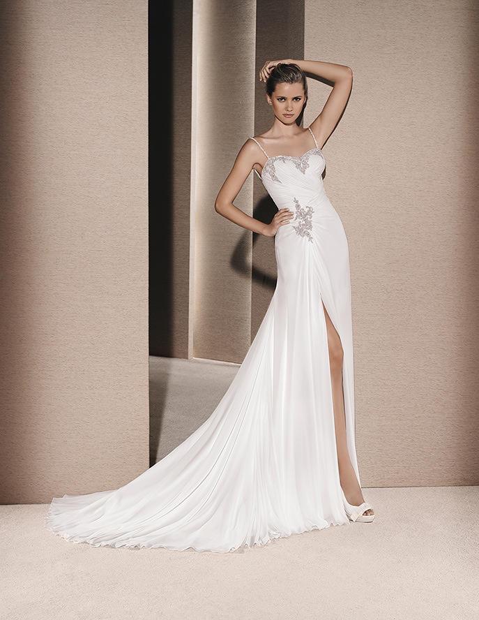Vestido de novia recto y con abertura en la parte de las piernas