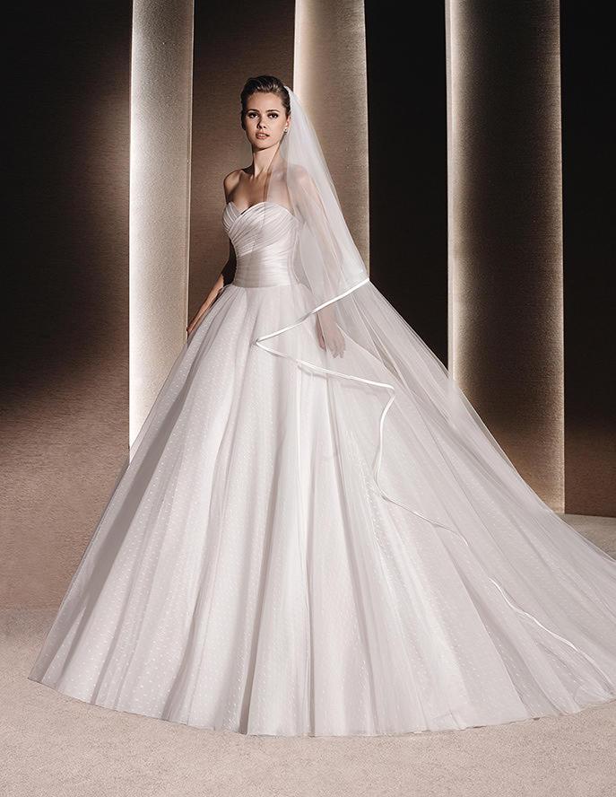 Falda de novia plisada y con mucho volumen de La Sposa