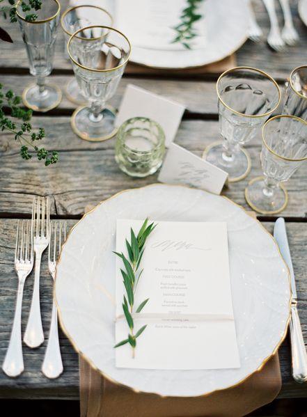 Colocación de los cubiertos en una boda elegante