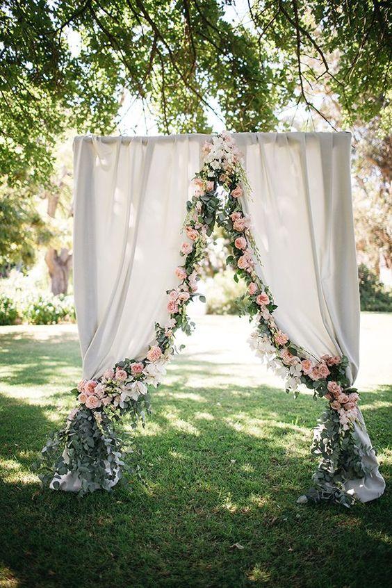 Flores centrales para decorar el arco de boda