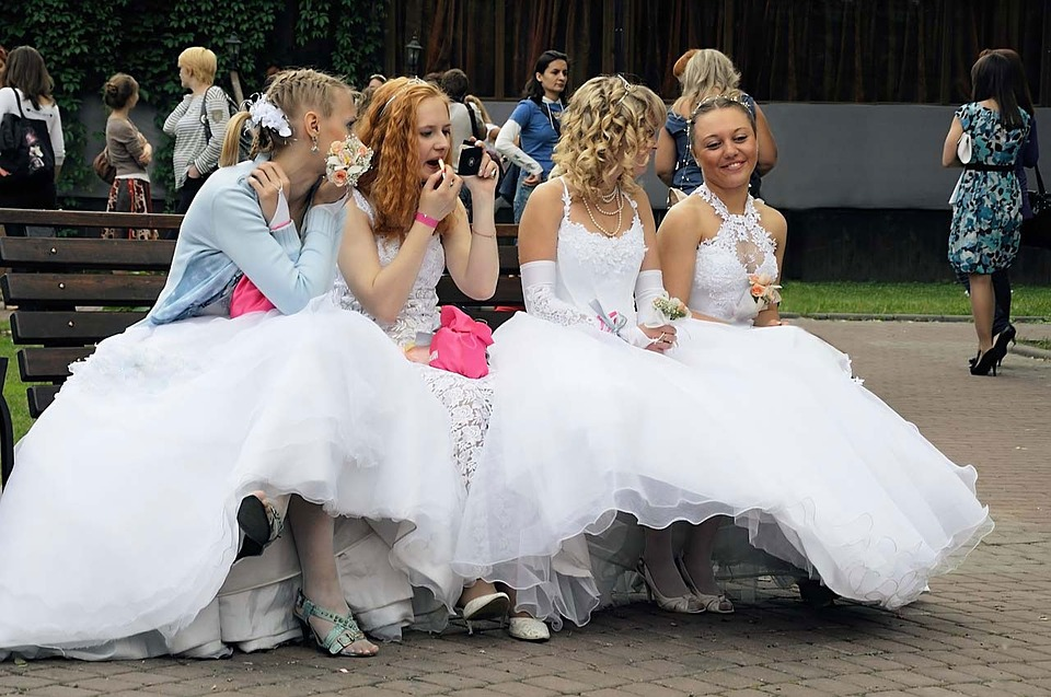 Las amigas vestidas de novia