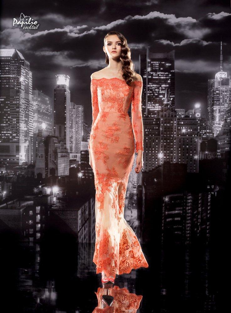 Bordados, transparencias y color naranja para un vestido tan elegante