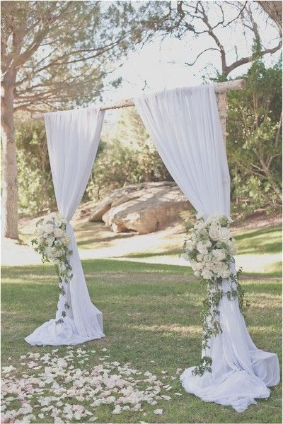 Un arco de boda sencillo y romántico...¡tal y como nos gusta!