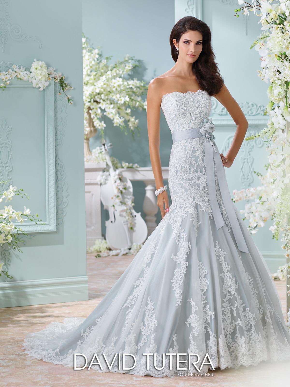 Vestido en azul para las novias más elegantes