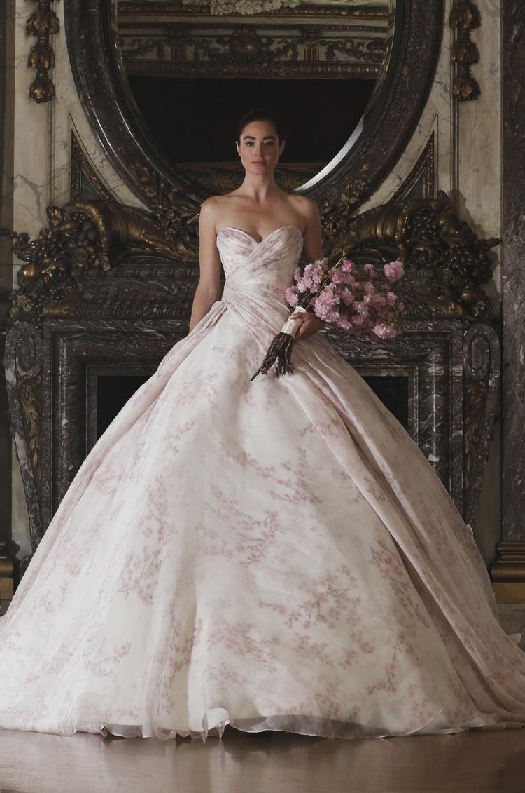 Los vestidos estampados también son una perfecta opción para las novias