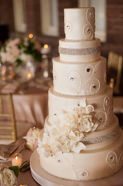 La elegancia y el brillo se unen para combinarse en este pastel de boda