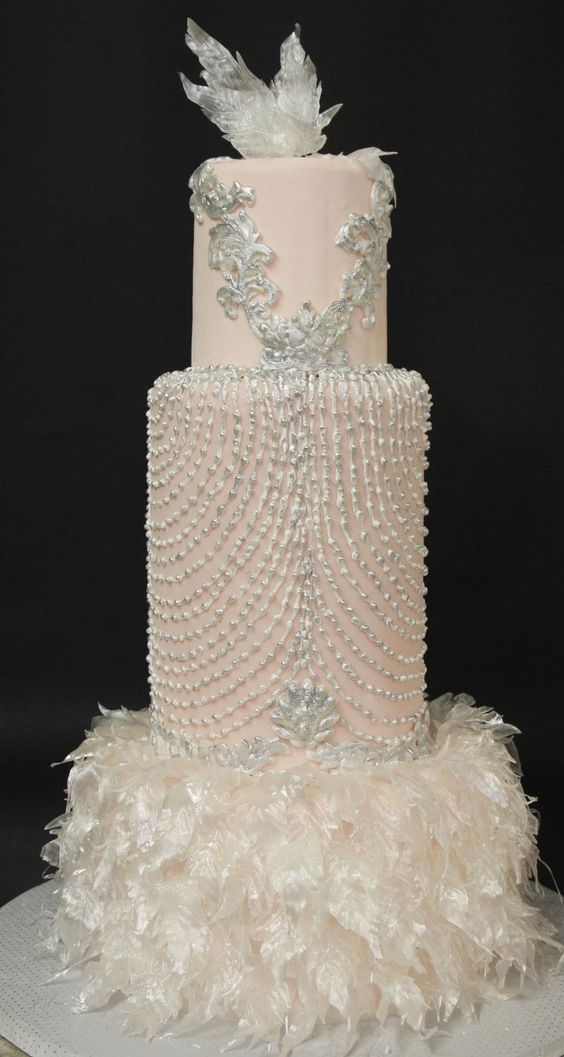 Pastel de boda decorado con plumas