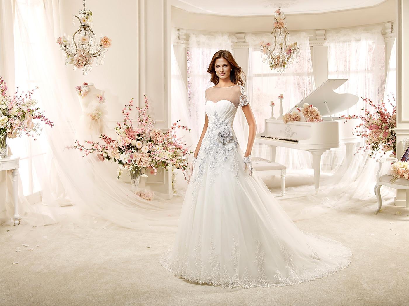 ¿Llevarías un vestido bordado en color como éste?