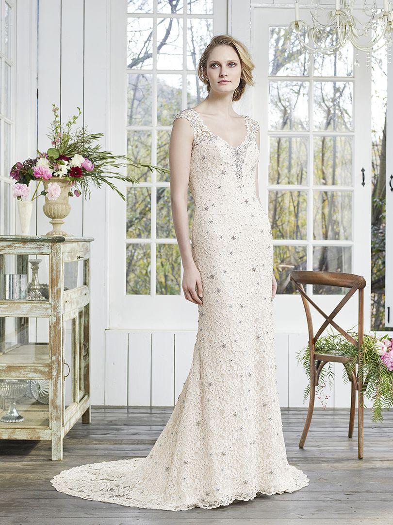 Los apliques siempre decorarán cada parte del traje de novia