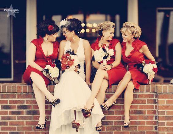 La novia de confidencias con las damas