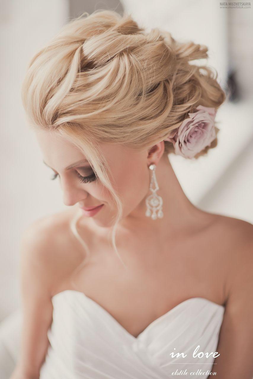 El estilo romántico en el cabello se termina con un adorno floral