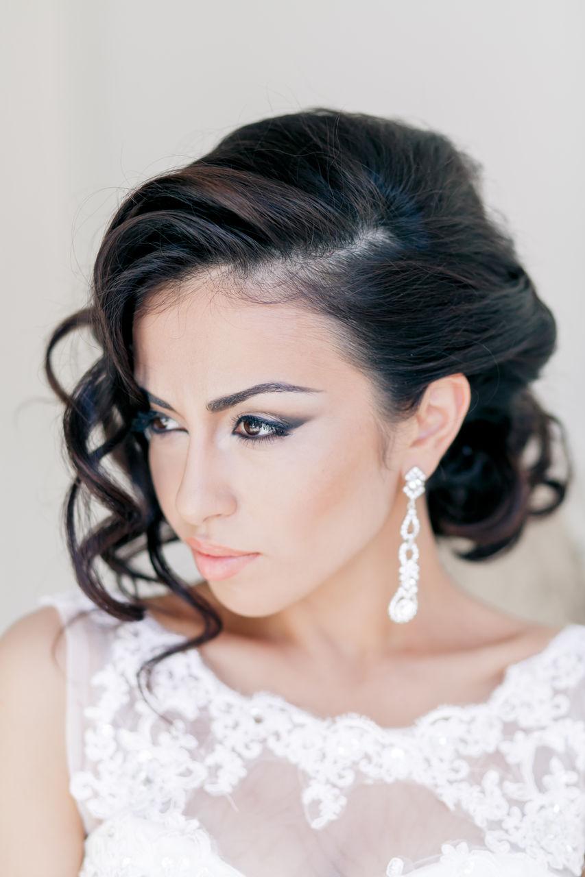 Un recogido y un flequillo lateral para este peinado de novia