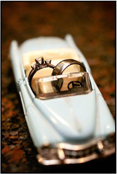 Los anillos llegan montados en un precioso coche de época